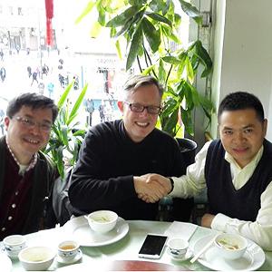 Mit Herrn Zhu, Präsident der Gesellschaft der chinesischen Medizingeräterhersteller CMDEA | 朱先生,中国医疗器械商学院的院长